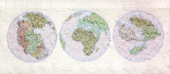 Карта мира на картине из цветной бумаги