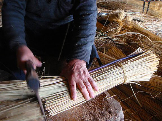 Подготовка соломы для плетения сумок-корзин