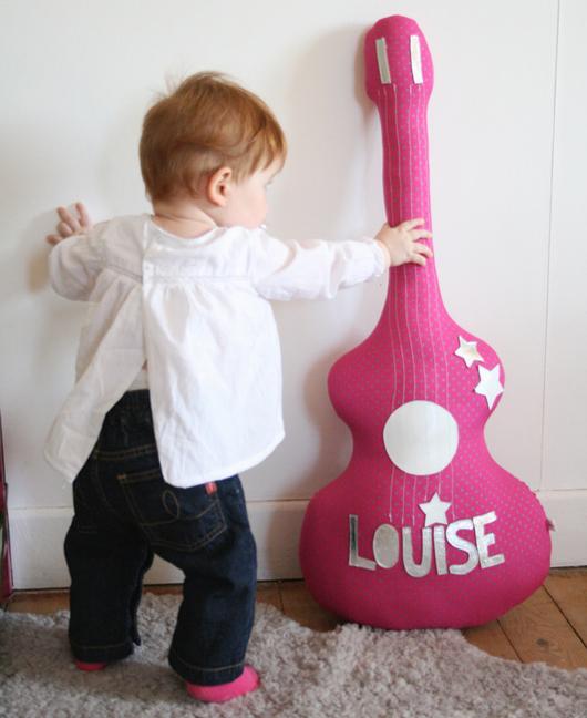 Подушка-игрушка в форме гитары