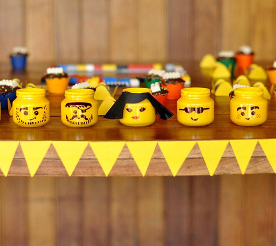 Декорируем стеклянную банку в стиле Lego для украшения детского праздника