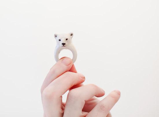 Такое кольцо медведя можно сделать из полимерной глины